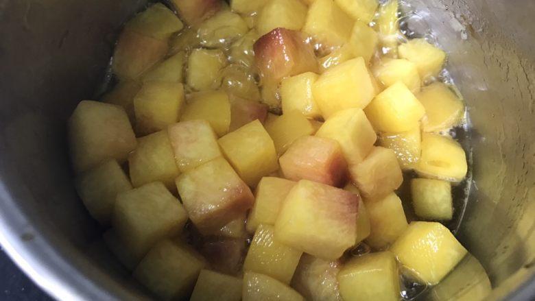 黄桃海绵蛋糕,4、开中火煮。