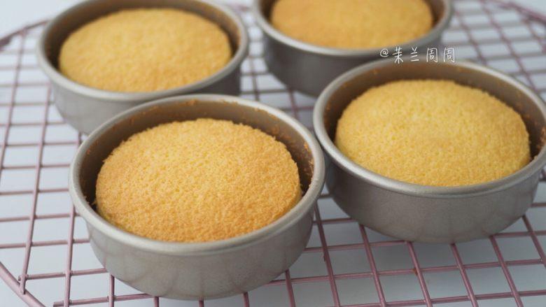 黄桃海绵蛋糕,19、烘烤完成完成取出海绵蛋糕,离台面15cm处向下摔1-2次,震出热气,然后倒置冷却。冷却后边缘离模。