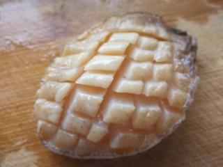 秋冬滋补篇:鲍鱼鸽子清补汤,然后对称斜切,内部同样斜45℃角下刀。
