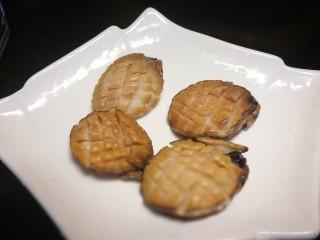 秋冬滋补篇:鲍鱼鸽子清补汤,切好后的小鲍鱼