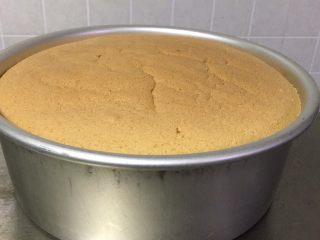蔓越梅戚风蛋糕,冷却时间3个小时后脱模