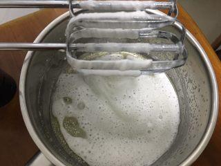 蔓越梅戚风蛋糕,蛋黄糊制作:打蛋头不用清洗直接打 油和水混合
