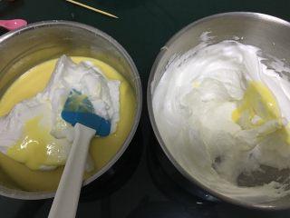蔓越梅戚风蛋糕,取三分之一的蛋清到蛋黄糊中