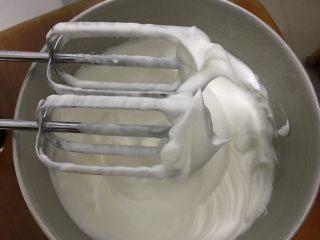 蔓越梅戚风蛋糕,加入最后的细砂糖 再打60秒 蛋清打发至硬性发泡 这种蛋清就是戚风蛋糕的专用蛋清