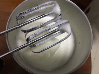 蔓越梅戚风蛋糕,蛋清打发:加柠檬汁用打蛋器打发60秒