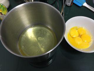 蔓越梅戚风蛋糕,鸡蛋分离出蛋清和蛋黄