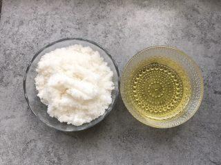 自制红豆沙,提前准备好:白糖300g、食用油80g