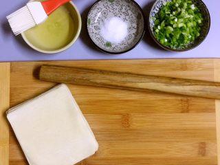馄饨皮版香葱银丝饼,馄饨皮、小葱(切末)、油、盐,准备好 工具:擀面杖、刷子