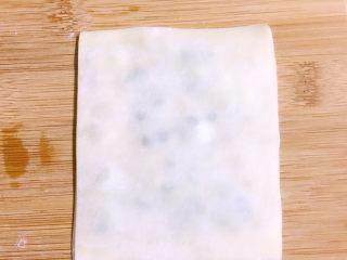 馄饨皮版香葱银丝饼,如此,重叠三张到四张馄饨皮,最上面一张不用涂油操作