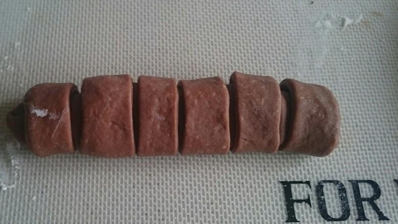 巧克力毛毛虫面包,接口朝下,两头捏紧哈