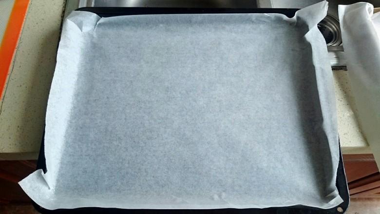 巧克力毛毛虫面包,现在在烤盘上铺好油纸