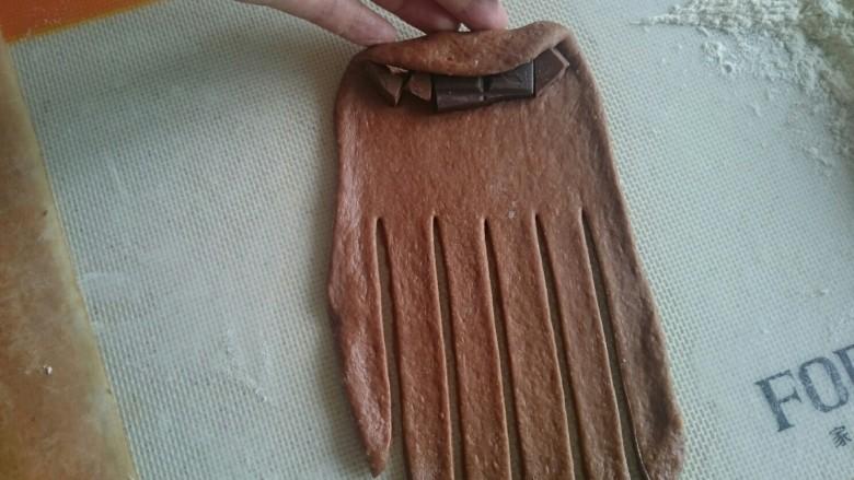 巧克力毛毛虫面包,用手轻轻卷起