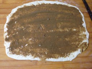 芝麻酱烧饼,擀成长方形大片,均匀涂满芝麻酱