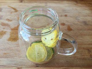莫吉托(改良版),柠檬片放入杯中;