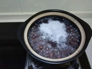 红豆沙,大火煮开,捞去浮沫,合盖,闷一个半至两小时,我这量少只用一个半小时,这步不能少,因为闷可以让下步熬的时候容易出沙浓稠
