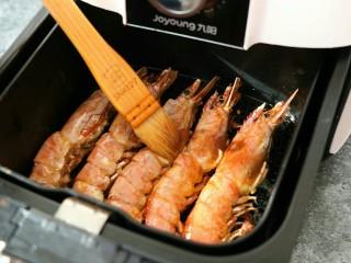 蒜香黑椒虾,再刷上薄薄一层油,继续炸制至设定好的时间即~