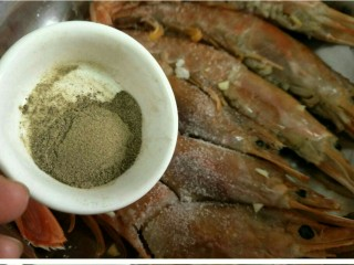蒜香黑椒虾,将虾放入盆中,撒入胡椒粉~