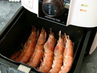 蒜香黑椒虾,空气炸锅180°提前预热后,设置13分钟~  将红虾放入空气炸锅~