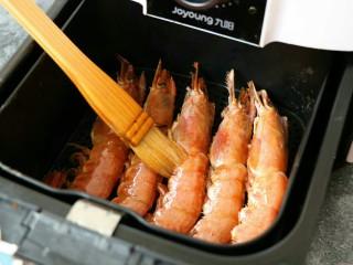 蒜香黑椒虾,刷上薄薄一层食用油进行炸制~