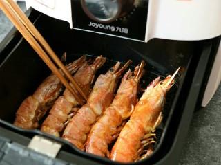 蒜香黑椒虾,炸制期间可打开空气炸锅将大虾翻一面~