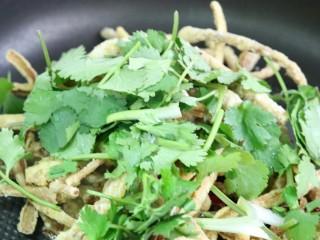 干煸茶树菇,放入锅中翻炒,一边翻炒再一边撒入盐就可以了~