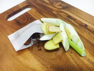 乌鸡汤,准备好佐料:葱切段、姜切片、料包:山楂片5片、八角2个、花椒10粒