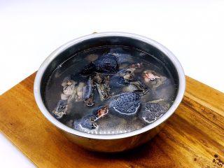 乌鸡汤,乌鸡放在清水里浸泡半个小时,泡出血水,洗干净。