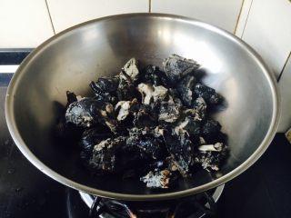 乌鸡汤,把焯好水的乌鸡鸡块放在锅里