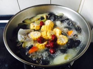 乌鸡汤,最后再放入玉米和大枣,煮约10分钟。