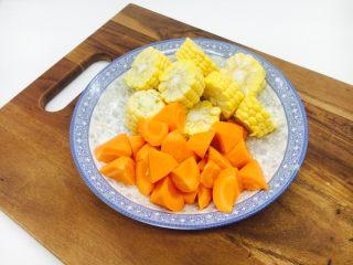 乌鸡汤,玉米切段,胡萝卜切滚刀块备用。