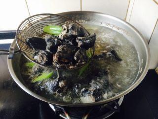 乌鸡汤,煮约5分钟后,撇去浮末,捞出乌鸡鸡块。