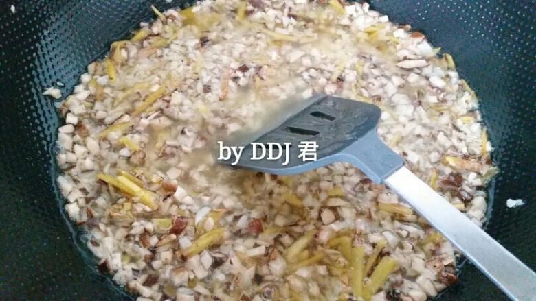 香菇牛肉酱,把生姜丝 大蒜沫 葱果粒在油锅里爆香,香菇倒进去熬,香菇有水份多熬一会儿