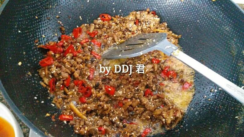 香菇牛肉酱,因为我家小朋友不吃辣,所以给她装了一些之后,才加入红尖椒。(全部盛到碗里,锅里留油,红尖椒放进去炒一会儿后,再把牛肉酱倒进去一起炒)