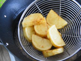 地三鲜的家常做法,超级无敌下饭菜!,油烧至7成热,倒入土豆块,炸至焦黄,捞出控油