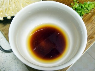 最好吃的油泼金针菇,盐、鸡精、生抽和水1:1:3:5的比例调好汁,和匀至盐融化。