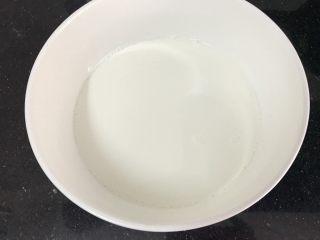 五彩冰皮月饼(附奶黄馅做法),开始喽 牛奶倒盘里