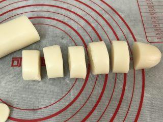 五彩冰皮月饼(附奶黄馅做法),冰皮粉搓长条,然后切出约25g的小团 (我用50g的摸具,所以冰皮与馅料的比例约25g:22g,稍微留点空间好操作