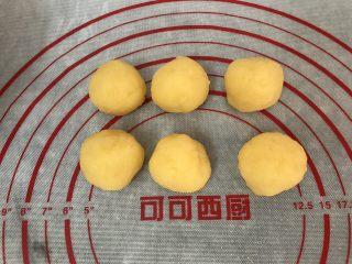 五彩冰皮月饼(附奶黄馅做法),再揉成自己需要馅料的大小重量就可以了