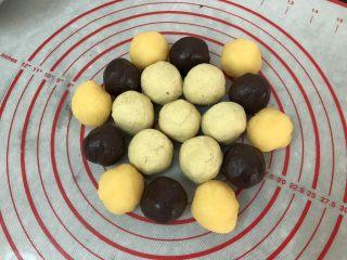 五彩冰皮月饼(附奶黄馅做法),月饼陷准备好,微黄的绿豆沙,黑色的红豆薏米沙,金黄的奶黄馅 (绿豆沙,红豆薏米沙可以参考我前面绿豆糕的做法,一样的)