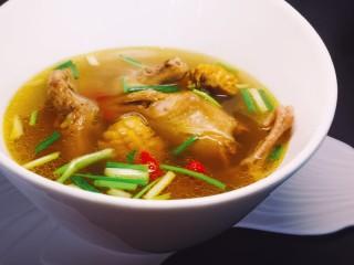 秋冬滋补篇:鲍鱼鸽子清补汤,出锅前十分钟加胡椒鸡精。出锅后加枸杞和葱花。(忽略我的胡乱的葱段吧,因为家里有人不吃葱,切大点是为了味道泡出后方便捞出来) 清淡滋补的鲍鱼鸽子汤就好了~