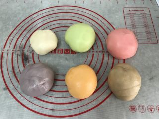 五彩冰皮月饼(附奶黄馅做法),再揉搓均匀成有颜色的团子
