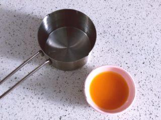 酸甜可口的百香果胖胖糕,烘烤开始后就可以制作糖浆水,砂糖加水煮至糖融化后离火,倒入百香果汁。冷却后备用