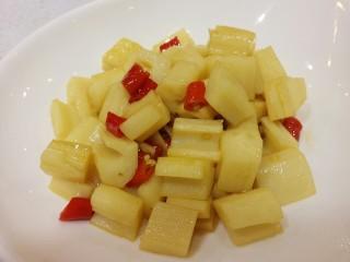 酸辣藕丁,加入盐,鸡粉,糖,生抽,米醋,翻炒后即可出锅。