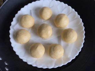 南瓜糯米糍,南瓜糯米球下面垫油纸锅中水烧热上锅蒸10分钟左右熟透即可