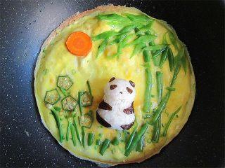 熊猫趣味早餐饼,将熊猫饭团摆在中间
