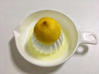 葡萄果酱,半个柠檬汁加入锅里