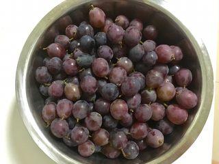 葡萄果酱,葡萄一粒粒剪下