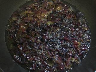 葡萄果酱,锅内加1000g清水加入葡萄皮煮开