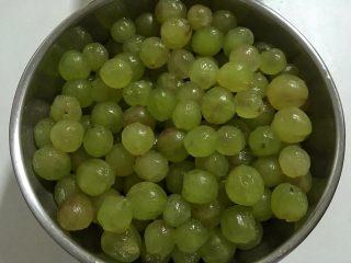 葡萄果酱,通常我们都会从葡萄蒂处剥皮,如果你的葡萄不好剥,可以尝试从反方向剥皮