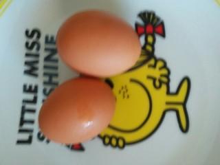 鸡蛋炒秋葵,鸡蛋放入盘里备用